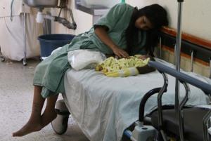 OAXACA, OAXACA, 09MAYO2015.- Una mujer quien acaba de dar a luz espera sentada a que una cama se desocupe al interior del hospital civil Dr. Aurelio Valdivieso, lugar que los médicos acusan se encuentra sobresaturado y es por ello que situaciones así se presentan El área de ginecobstetricia solamente tiene lugar para 6 camas, sin embargo a diario son atendidas un aproximado de entre 15 y 20 mujeres que están apunto de dar a luz. FOTO: ARTURO PÉREZ ALFONSO /CUARTOSCURO.COM